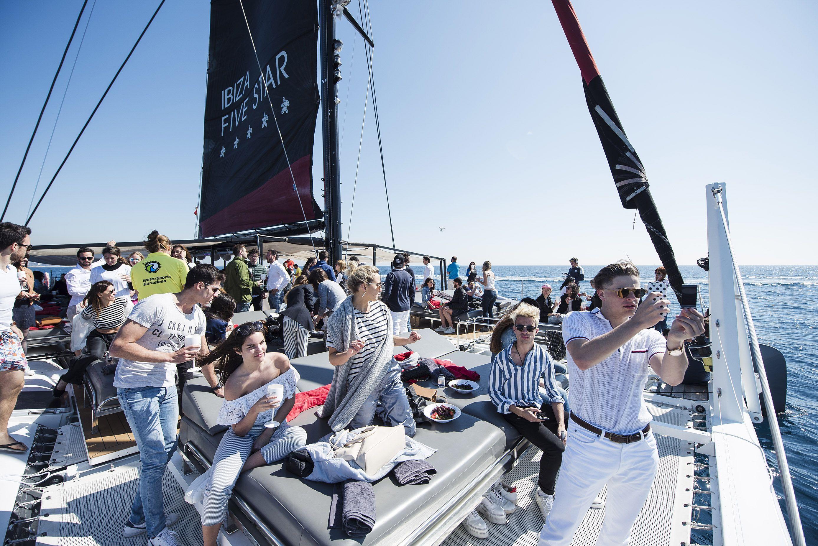 Catamaran_barcelona_FiveStarExperience-Bcn